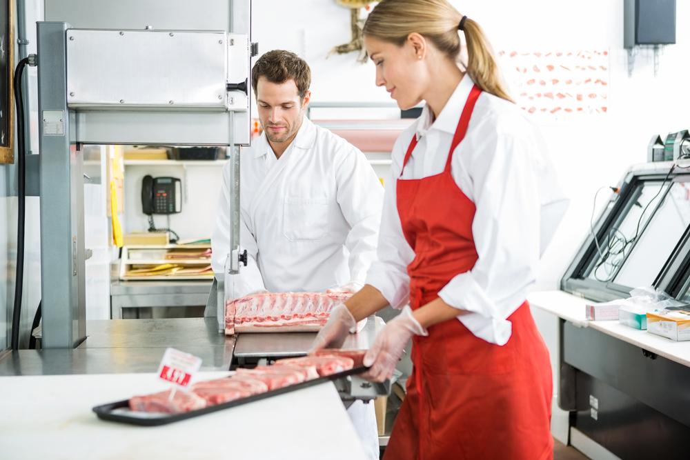 Rūkytų mėsos gaminių pakuotojai