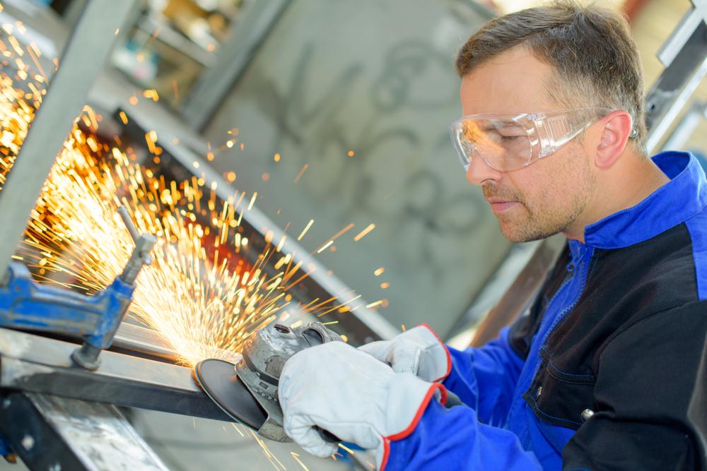 Praca przy produkcji okien i fasad aluminiowych