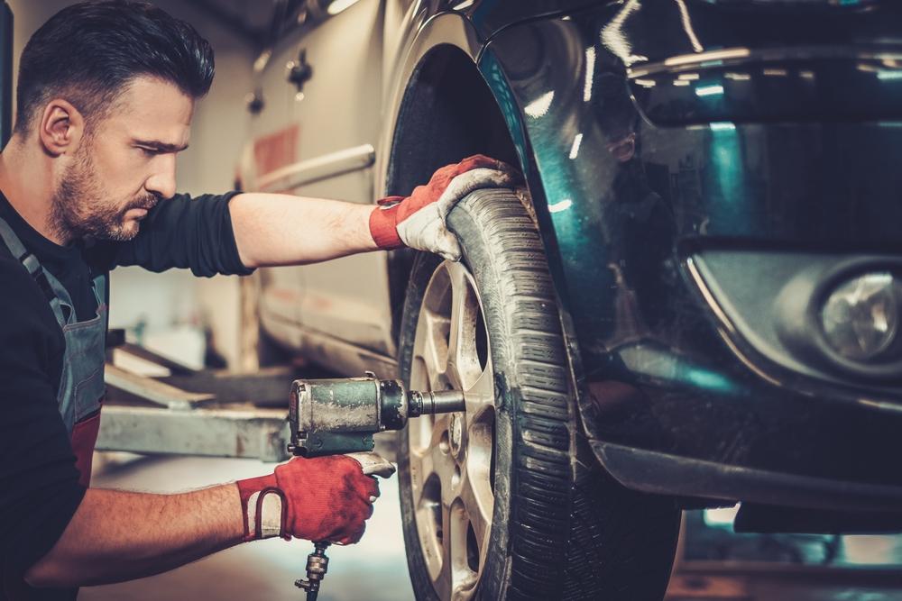 Mechanik v pneuservise