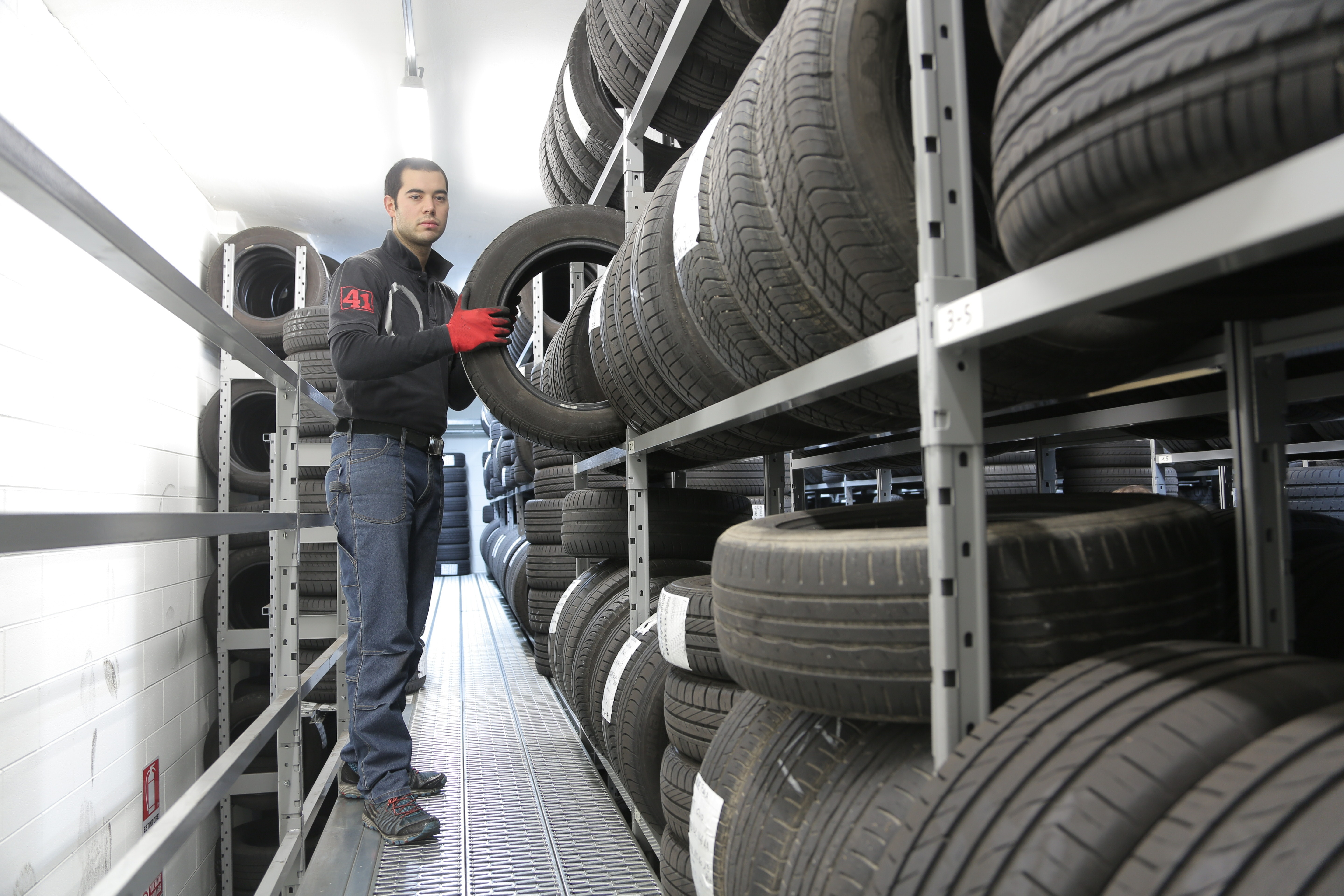 Tire warehouse worker (private accommodation) €16h/net