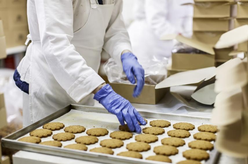 Sausainių fabriko darbuotojas